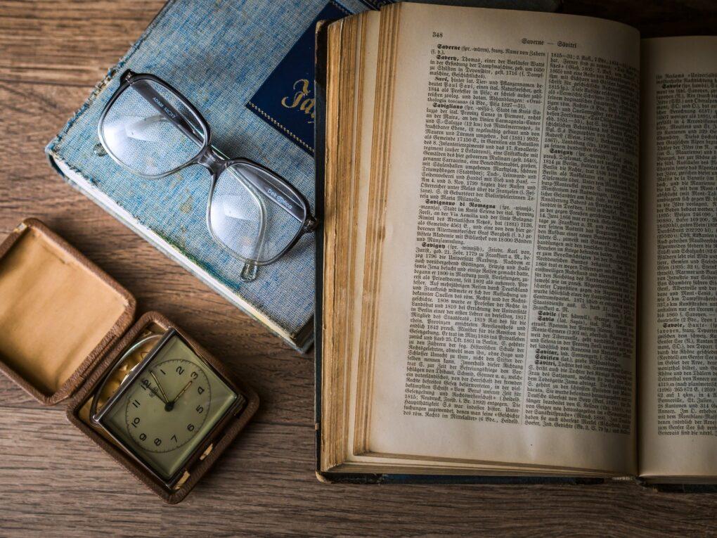 Università e ricerca, libro e occhiali